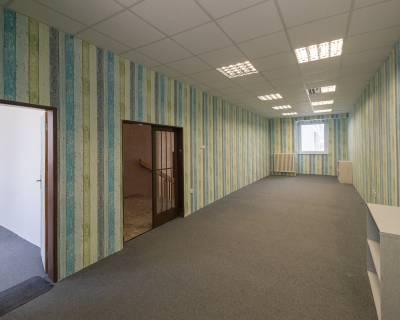 Kancelárske priestory s predajňou, 54 m2, v polyf. budove, parkovanie
